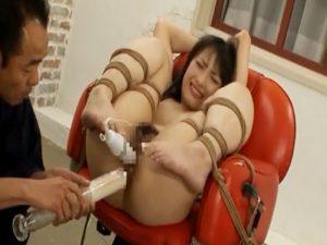 かわいそうな貧乳女性が縄でイスに縛られ、電マと浣腸で責められる!