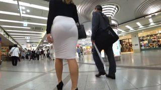 タイトスカートの美人OLが街を歩くエロいケツをじっくり盗撮しちゃう
