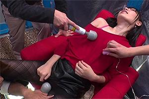 マジックミラー号ハードボイルド1秒に19回の激ピスマシンバイブで人生初のポルチオイキを体験して潮を吹きまくった彼女さんはデート中の彼氏を裏切ってデカマラを自分から挿入してしまうのか!?