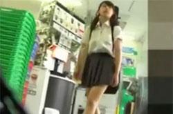 【盗撮動画】意外性に興奮!ムチ尻強烈!バンド女子の制服美少女のパンチラ逆さ撮り!!