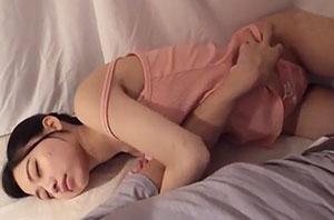 雑魚寝してたらボクの布団に友達の彼女が潜り込できて…5寝ぼけキスには彼氏のフリして応じておいて目覚めて拒否るカノジョに「こんなに勃起させたのキミだから」とイキ声ガマンさせ何度も奥突き!