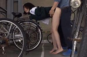 射精するまで終わらない!女子高生を駐輪場に連れ込んで強制性交