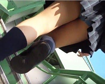 女子校生ばかりを狙い撃ち!陸橋階段を狩り場に逆さ撮りを仕掛ける撮り師