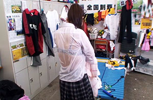 【独占】万年補欠の僕とマネージャーが部室で2人きり。帰宅途中に突然の大雨にふられた僕が部室に戻るとズブ濡れのマネージャーが! 濡れて下着が透けたマネージャーを見た僕は思わず勃起。 2