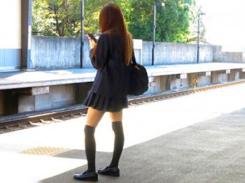 「もう我慢できねぇ、犯すか」妹の友達が最高の美脚を持っていたのでムチムチの太ももに挟んで素股してもらったww
