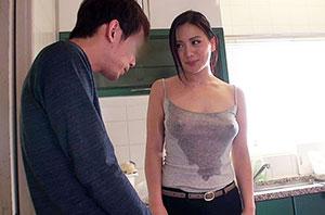 童貞の僕が一人暮らしの部屋に清掃業者を呼んだら、まさかの巨乳女。熱心にカラダを動かし、仕事をしている彼女は汗びっしょり。汗染みで胸の形が更に強調されたTシャツには乳首のプレゼントまで。 2