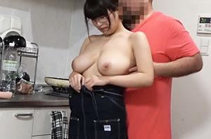 【爆乳メガネ娘w】家事手伝いのアルバイトを持ち掛けたらお小遣い欲しさにやって来たからキッチンでハメハメクッキングww