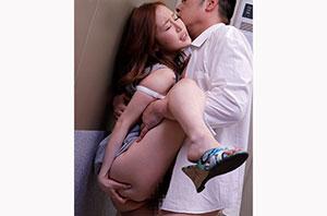 エレベーターの故障で2人っきり… 汗だく密着性交 波多野結衣