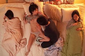 再婚相手の連れ子は美少女姉妹!!初めて皆で川の字で寝る事に…発育途中の妹の身体に欲情が抑えられず、つい手が…ふと隣を見ると漏れ出る喘ぎ声に気づいた姉が股間に手を伸ばし身体をくねらせ…