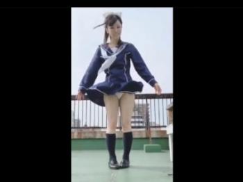 【動画】美少女JKちゃん、強風自撮りでパンチラしてしまい恥ずかしがるwww