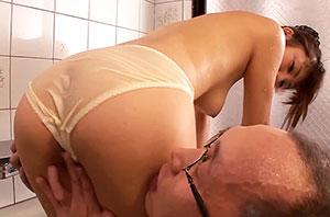 変態じじいの悪巧み!可愛いヘルパーさんをエッチな入浴介助み誘い込む!