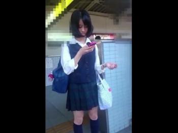 某アイドル激似の美少女JKちゃん、スカートめくりで恥ずかしすぎるパンチラを晒される